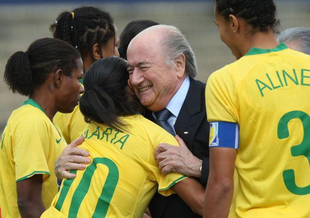 Presidente Fifa Joseph Blatter con calciatori brasiliani prima del Campionato sudamericano di calcio femminile nell'Ecuador, 2010.