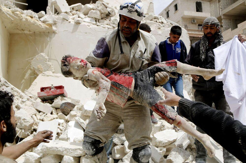 La fotografia del siriano Hosam Katan Fighter of civil defence carry dead boy, 1° posto al La fotografia dell'italiano Alex Masi «Poonam's Tale of Hope in Bhopal», arrivata 3° al Concorso Internazionale di fotogiornalismo in memoria di Anrej Stenin nella categoria Notize Principali, foto unica.