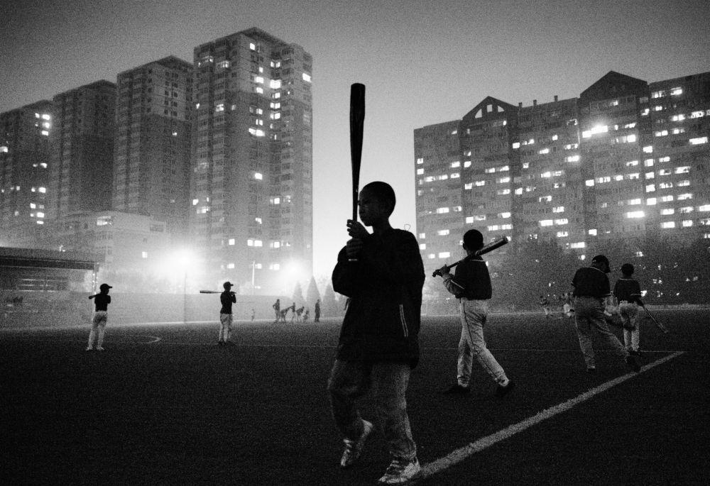 La fotografia del cinese Guanguan Liu Allenamento di sera, a cui è andata la menzione della Giuria al Concorso Internazionale di fotogiornalismo in memoria di Anrej Stenin nella categoria Sport, foto unica.