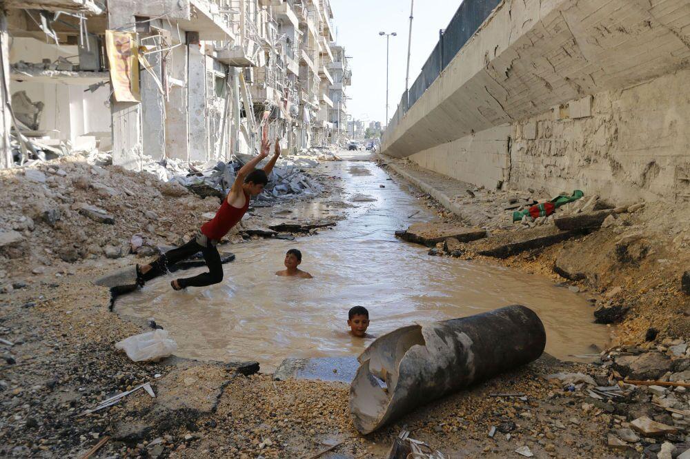 La fotografia del siriano Hosam Katan Pool in street, 2° posto al Concorso Internazionale di fotogiornalismo in memoria di Anrej Stenin nella categoria Vita Quotidiana. Foto Unica