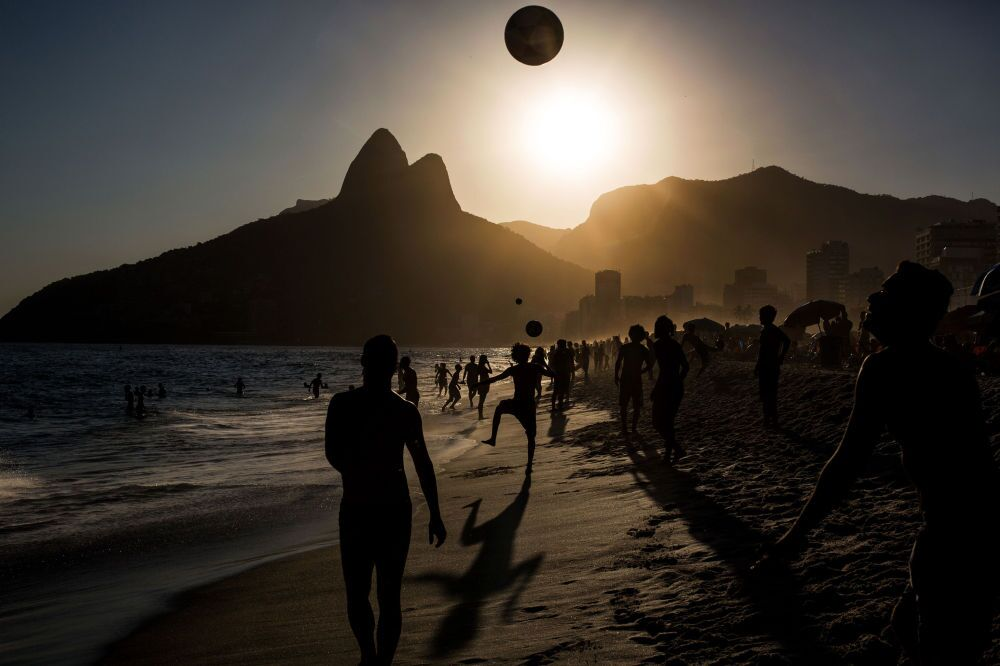 La fotografia del portoghese Daniel Rodrigues «People playing soccer ball on Ipanema beach at sunset, Rio de Janeiro», 3° posto al Concorso Internazionale di fotogiornalismo in memoria di Anrej Stenin nella categoria Sport. Serie