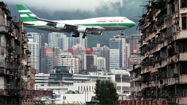 Самолет во время посадки в гонконгском аэропорту «Кай Так» - Sputnik Italia