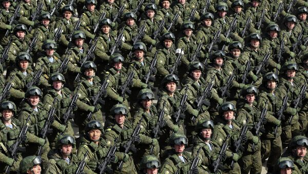 Russian soldiers march during a rehearsal of the Victory Day Parade in Alabino, outside Moscow, on April 22, 2015 - Sputnik Italia