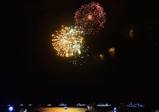 Fuochi d'artificio chiudono il giorno della Marina Militare