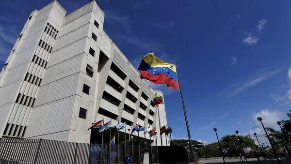 A man walks in front of a building of the Venezuela Supreme Court in Caracas December 23, 2015 - Sputnik Italia