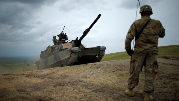 U.S. M1A2 Abrams tank moves to firing positions during U.S. led joint military exercise Noble Partner 2016 near Vaziani, Georgia, May 18, 2016 - Sputnik Italia