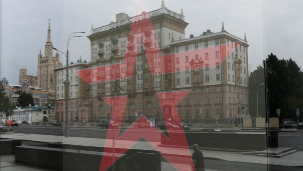 The U.S. embassy building is reflected in a window of a Russian Army store in Moscow, Russia, July 28, 2017. - Sputnik Italia
