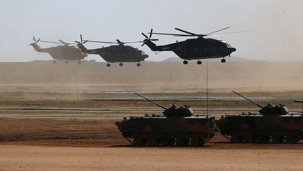 Вертолеты и бронетранспортеры во время военного парада в честь 90-летия основания НОАК на военной базе Чжурих, Китай - Sputnik Italia