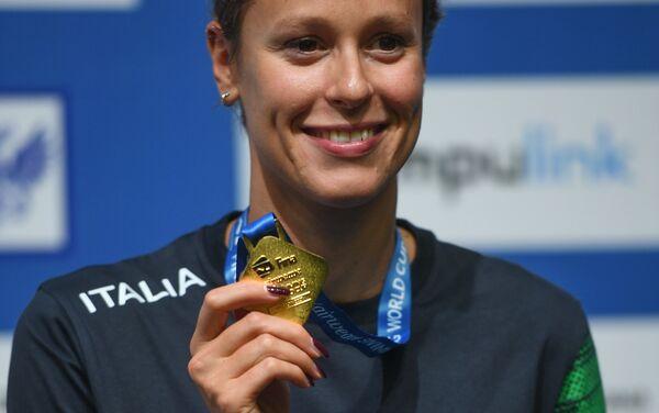 Federica Pellegrini con la medaglia d'oro vinta a Mosca nei 400m stile libero in vasca corta - Sputnik Italia