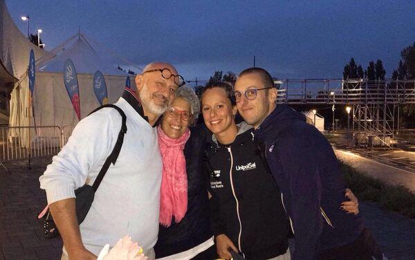 Federica Pellegrini insieme al fratello ed ai genitori dopo la vittoria ai Mondiali di Budapest - Sputnik Italia