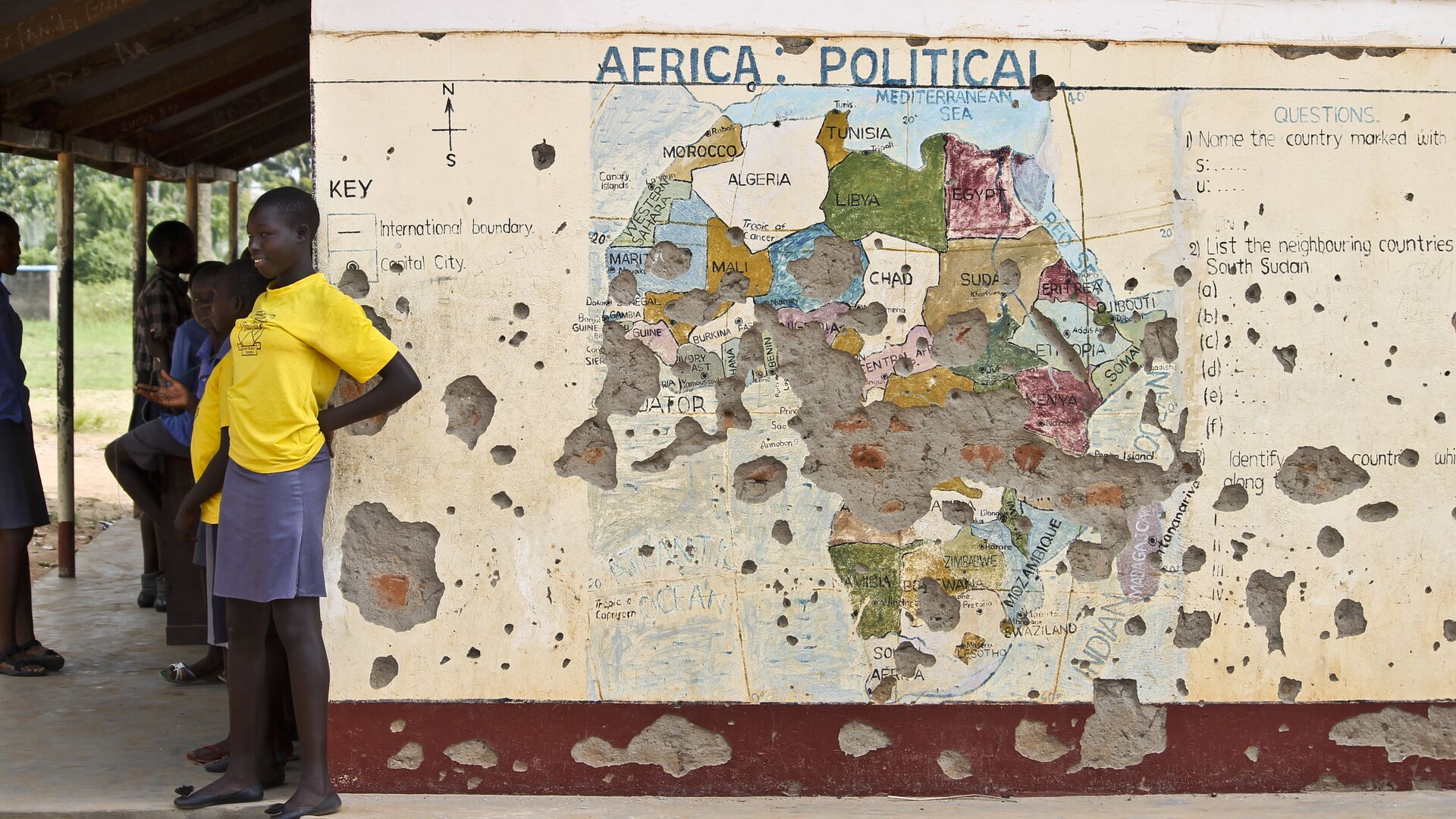 Students line up outside a classroom with a map of Africa on its wall, in Yei, in southern South Sudan (File) - Sputnik Italia, 1920, 27.05.2021