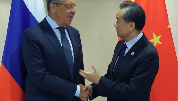Il ministro degli Esteri russo Sergej Lavrov e il suo omologo cinese Wang Yi (foto d'archivio) - Sputnik Italia