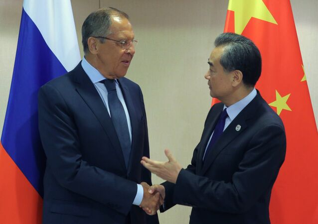 Il ministro degli Esteri russo Sergej Lavrov e il suo omologo cinese Wang Yi (foto d'archivio)