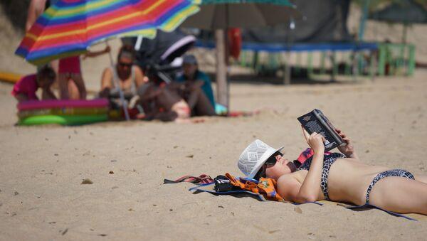 Vacationers on a beach on Bugazskaya Spit in Veselovka village - Sputnik Italia