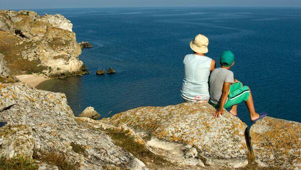 Vacationerss on the rocks of the Generalskiye (General) beaches on the Azov Sea - Sputnik Italia