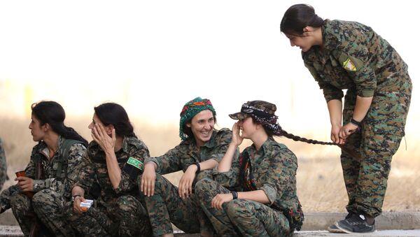 Военнослужащие Демократических сил Сирии сидят на обочине в городе Хасака, Сирия - Sputnik Italia