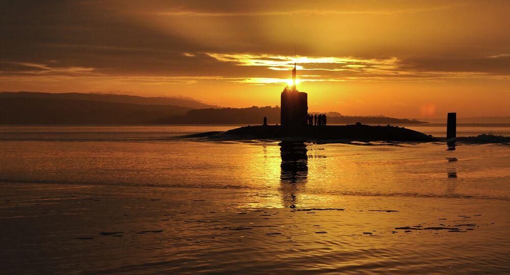 Il sole sorge dietro ad un sottomarino nucleare britannico nelle acque della Scozia