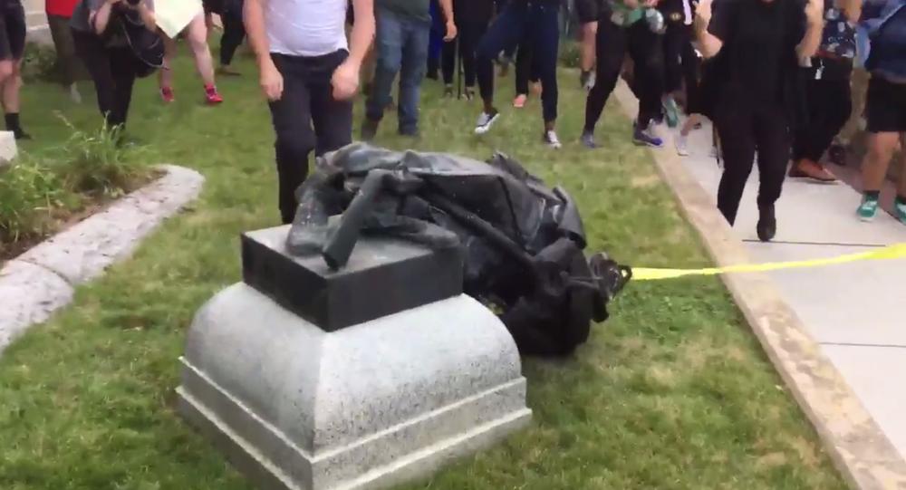 Monumento confederato tirato già dai manifestanti