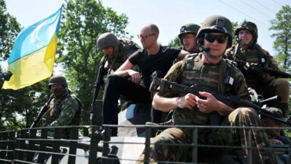 Премьер-министр Украины Арсений Яценюк фотографируется с американскими военными во время совместных учений Fearless Guardian - 2015 на Яворивском полигоне - Sputnik Italia