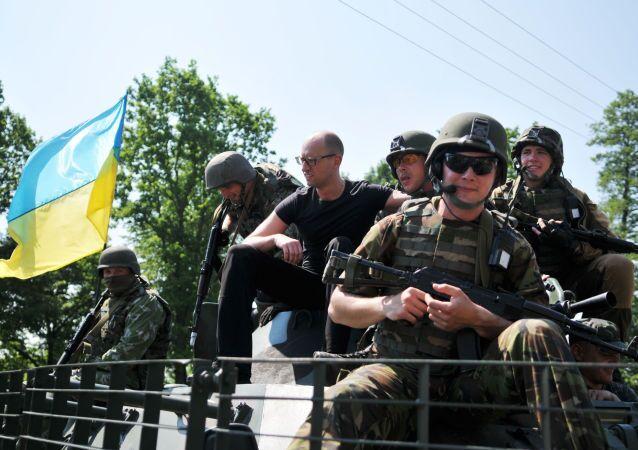 Yatsenyuk con i militari americani durante esercitazioni congiunte Fearless Guardian in Ucraina (foto d'archivio)