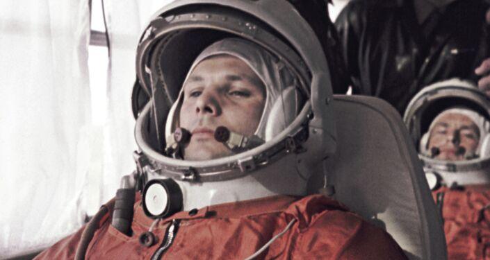 Jurij Gagarin (in primo piano) e il cosmonauta di riserva German Titov in viaggio verso il Centro spaziale di Baikonur.