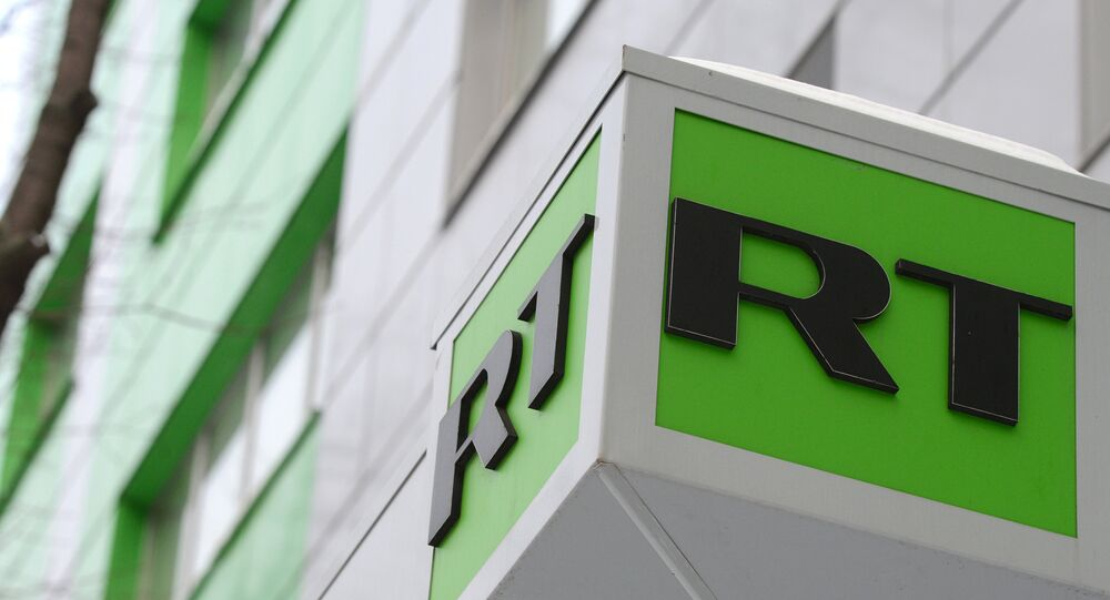Il logo di Russia Today sulla sede dell'emittente a Mosca