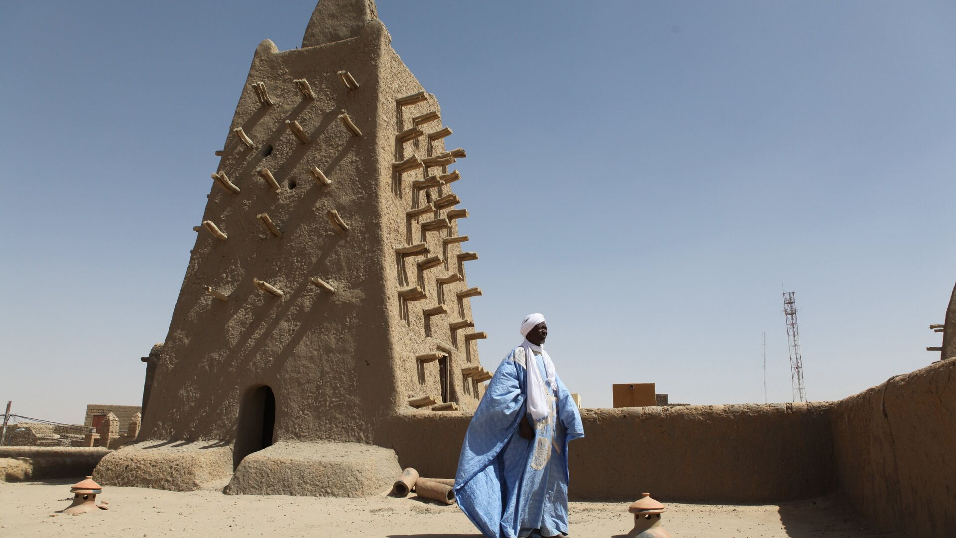 A man stands in front of the Djingareyber mosque on February 4, 2016 in Timbuktu, central Mali. - Sputnik Italia, 1920, 24.05.2021