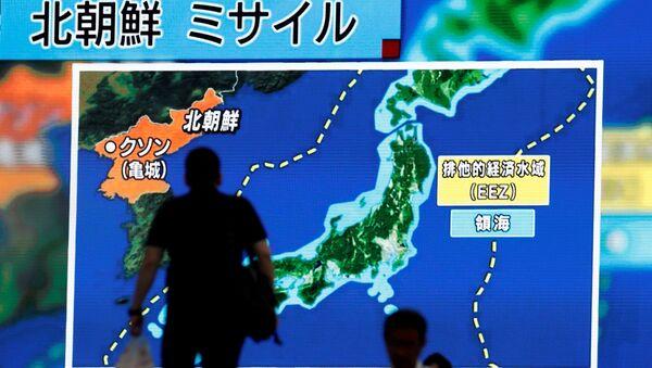 Telegiornali giapponesi mostrano mappa con traiettoria dei test missilistici nordcoreani. - Sputnik Italia