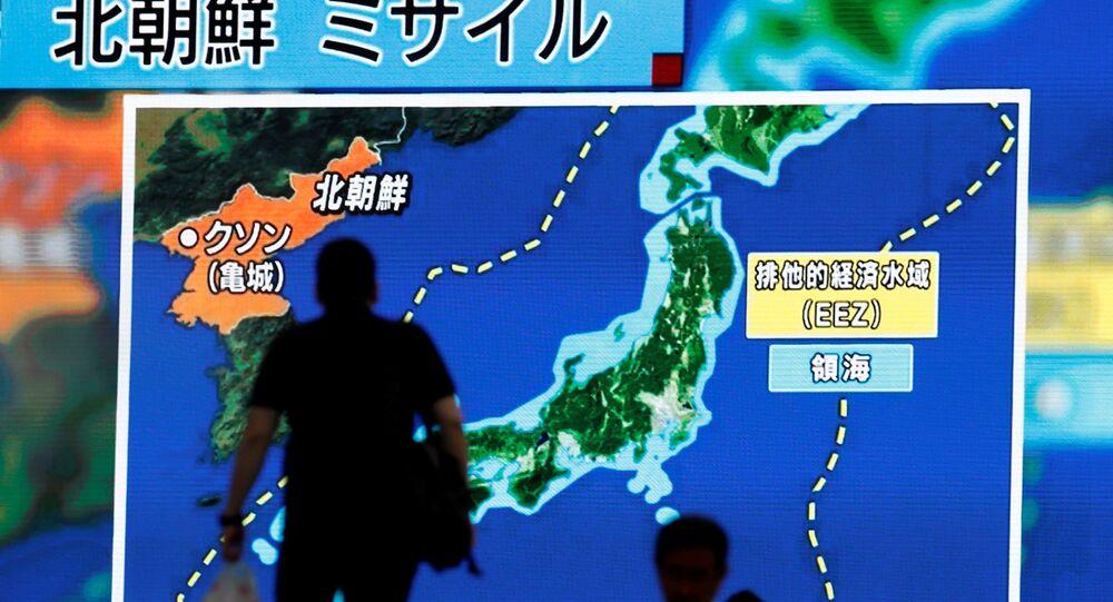 Telegiornali giapponesi mostrano mappa con traiettoria dei test missilistici nordcoreani.