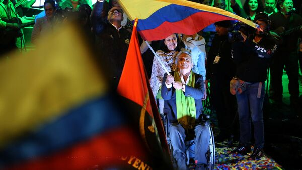 Ecuadorean presidential candidate Lenin Moreno (C) wait with supporters for the results of the national election in a hotel, in Quito, April 2, 2017 - Sputnik Italia