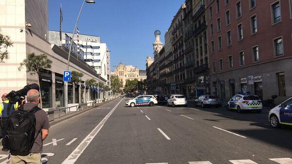 La polizia presidia il perimetro della zona dell'attentato sulla Rambla di Barcellona - Sputnik Italia