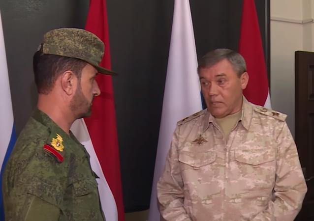 Il capo di stato maggiore delle forze armate, Valery Gerasimov, ha premiato un generale siriano del servizio di sicurezza federale per l'operazione di attacco posteriore contro l'IS nella zona di Deir-ez-Zor.