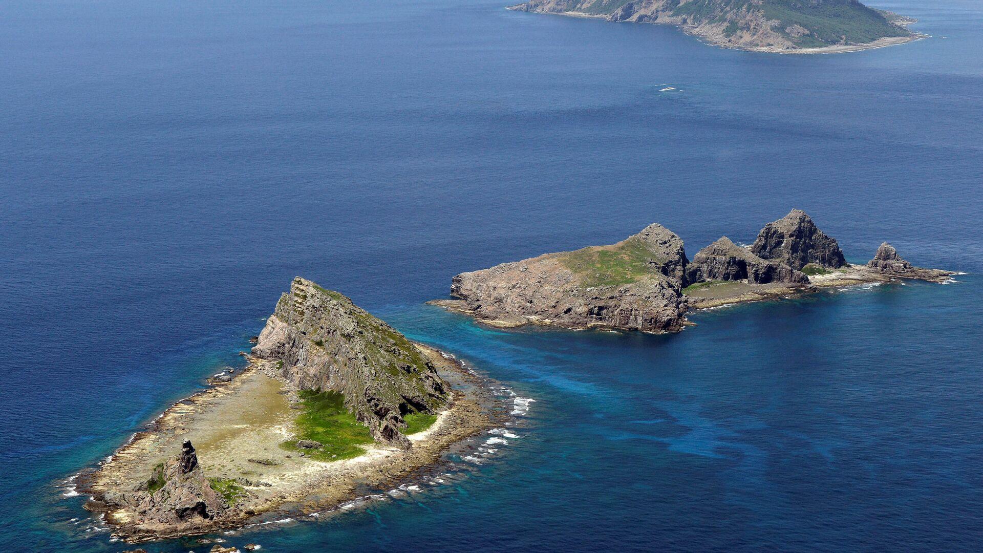 A group of disputed islands, Uotsuri island (top), Minamikojima (bottom) and Kitakojima, known as Senkaku in Japan and Diaoyu in China is seen in the East China Sea (File)  - Sputnik Italia, 1920, 10.07.2021