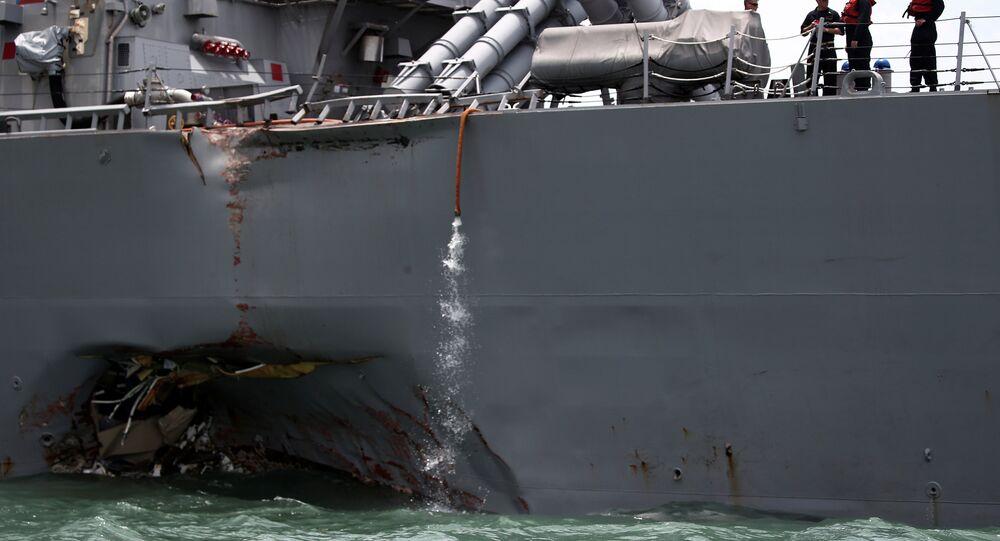 il cacciatorpediniere americano USS John S. McCain dopo lo scontro nelle acque di Singapore