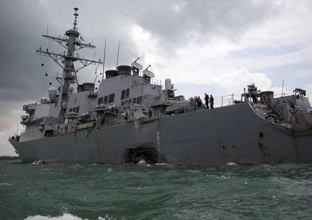 Американский военный эсминец USS John S. McCain после столкновения с нефтяным танкером Alnic MC в Южно-Китайском море