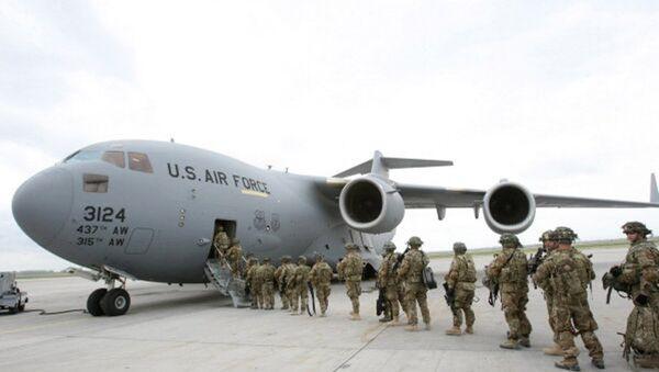 MIlitari americani salgono a bordo di un aereo in Afghanistan - Sputnik Italia