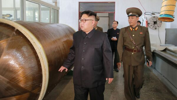 Kim soddisfatto in visita alla fabbrica di missili - Sputnik Italia