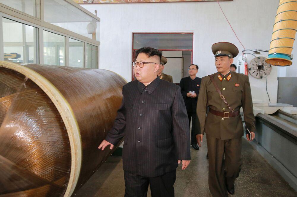 Kim soddisfatto in visita alla fabbrica di missili