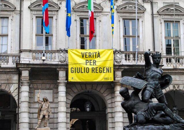 Striscione Verità per Giulio Regeni esposto dal 4 aprile 2016 sulla facciata di Palazzo Civico (municipio di Torino)