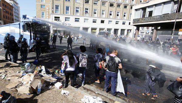 Lo sgombero dei migranti e i disordini in Piazza Indipendenza a Roma - Sputnik Italia