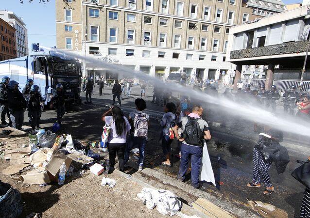 Lo sgombero dei migranti e i disordini in Piazza Indipendenza a Roma