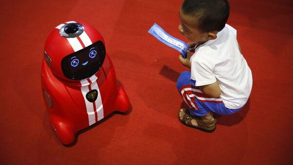 Ребенок наблюдает за самообучающимся роботом на Всемирной конференции роботов в Пекине - Sputnik Italia