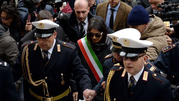 Mayor of Rome Virginia Raggi (C) leaves the city hall on the Campidoglio Square (Piazza Campidoglio) in central Rome on December 20, 2016 - Sputnik Italia