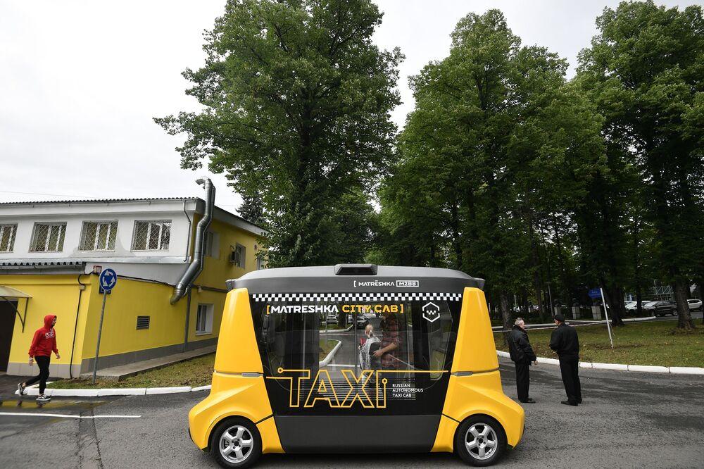 L'ultimo uscito dalla Matrioska è un taxi automatico