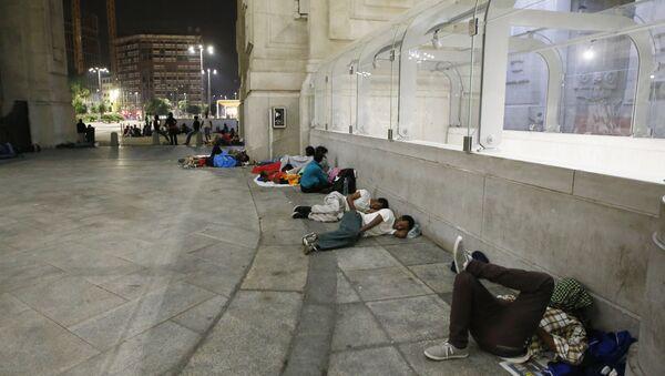 Migrants rest and sleep outside Milan's main train station, Italy (File) - Sputnik Italia