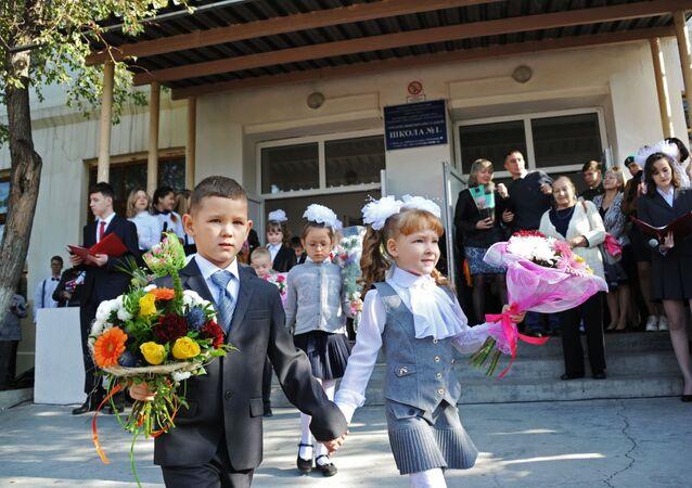 Bambini vicino alla scuola