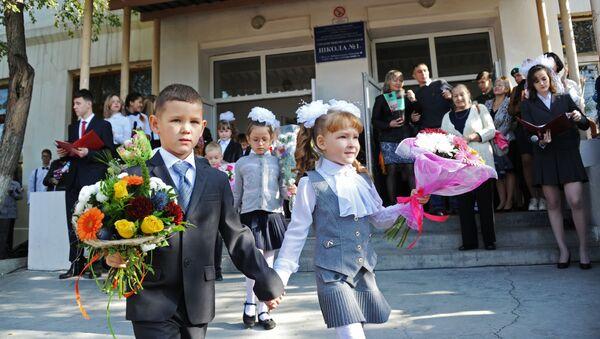 Первоклассники на праздничной линейке в средней школе №1 в Чите в День знаний - Sputnik Italia