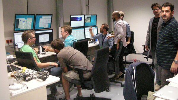 Il centro di controllo dei server della missione, qui gli scienziati osservano i risultati, leggono con schermi indicatori degli esperimenti. Il secondo da sinistra è il dottor Bressler - Sputnik Italia