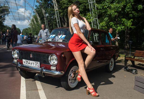 Una partecipante alla settima edizione del festival delle auto retro Retrofest nel giardino pubblico Sokolniki a Mosca. - Sputnik Italia