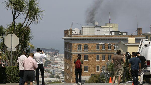 Fumo dal tetto del consolato russo di San Francisco - Sputnik Italia